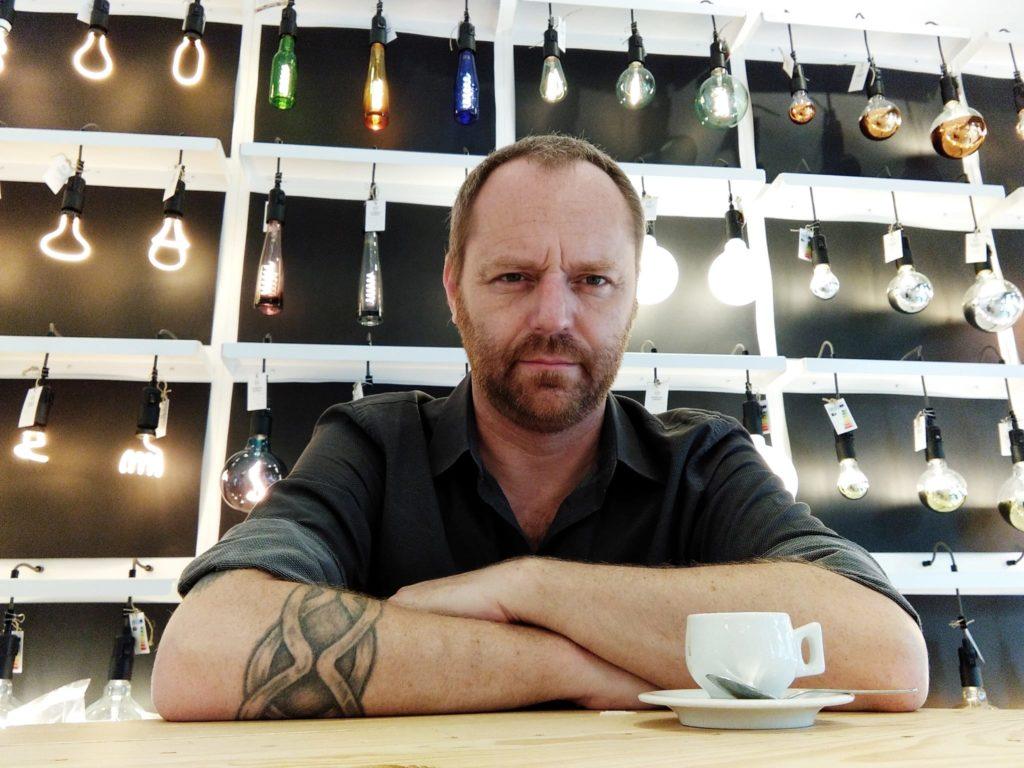 Enrico Corradini designer di lampade in vetro, manager, performer, attore, autore